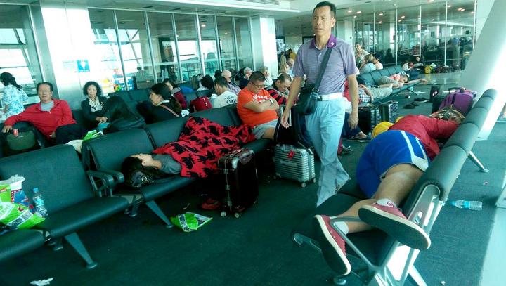 土耳其政變關閉機場,台灣過境轉機旅客被迫在候機室等候。(旅客提供)