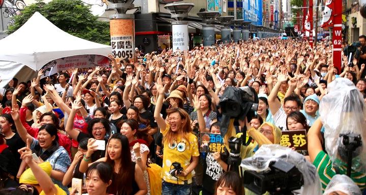 五月天下午在西門町電影街舉辦發片首唱會,現場10000人擠爆街頭,有歌迷前一晚就來排隊,隊伍一路綿延300公尺,嗨爆西門町。記者林伯東/攝影