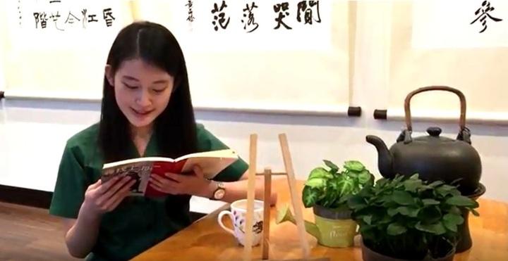 北一女新生的暑假作業,要閱讀校方推薦的一本書,然後朗讀書中一段最喜歡的文字,錄製3分鐘以內的影音。記者張錦弘/翻拍自北一女國文科部落格