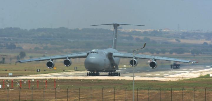 一架美軍運輸機停在土國境內的因瑟立克基地。法新社