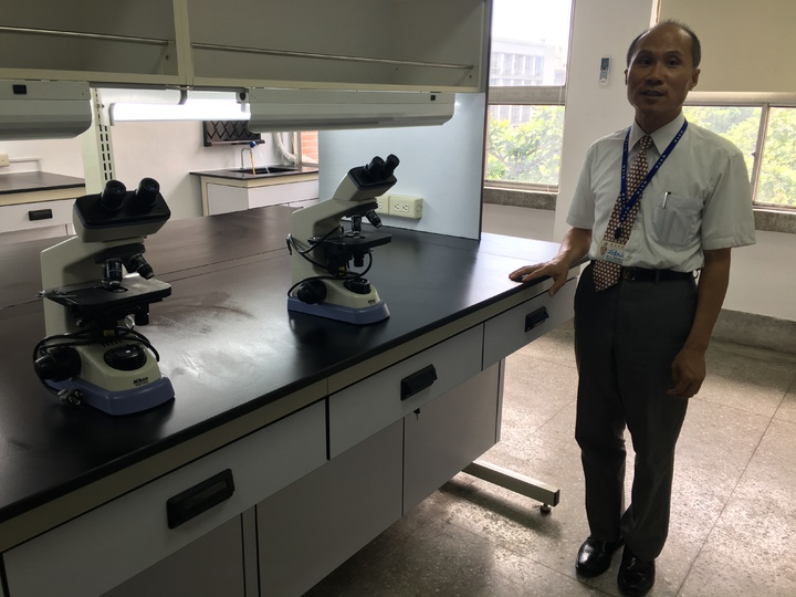 建國中學首創分子生物實驗室,校長徐建國今天為實驗室揭牌。記者魏莨伊/攝影