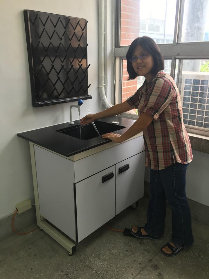 建中分子生物實驗室參考大學實驗室規格採用腳踏開關的洗手槽。記者魏莨伊/攝影