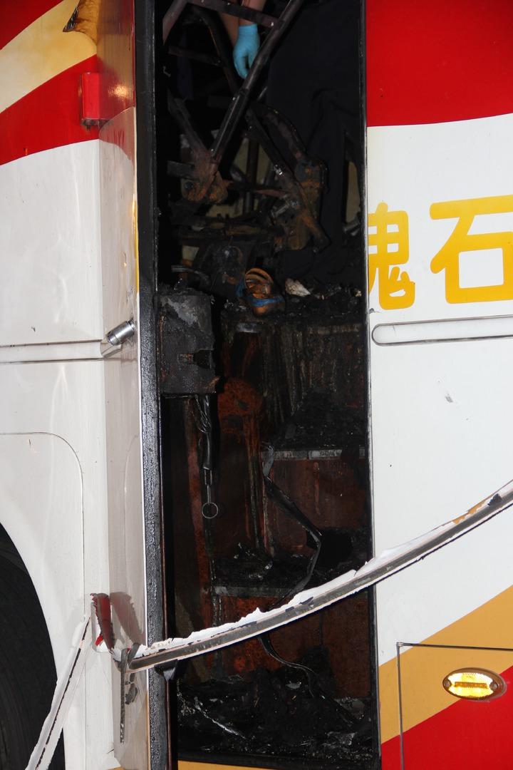 檢警與消防人員勘驗遊覽車,發現逃生門無異常,可正常開啟。記者陳俊智/攝影