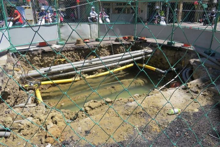 營建署在苗栗市南苗地區施工汙水下水道,因地下管線複雜做做停停。記者范榮達/攝影