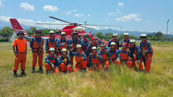 苗栗縣消防局特搜大隊圓滿完成直升機吊掛訓練,立體救難任務時可以派上用場。圖/苗栗縣消防局提供