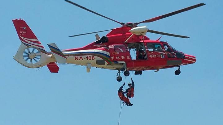 苗栗縣消防局特搜大隊今天實施直升機吊掛訓練,展現矯健的身手。圖/苗栗縣政府消防局提供