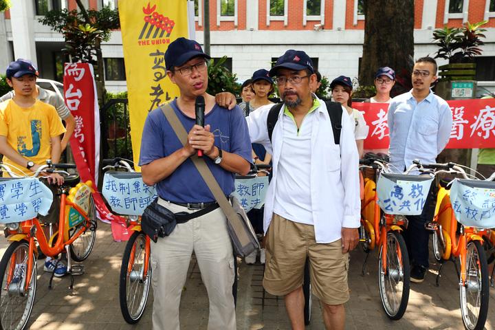 周平(前右)、謝青龍(前左)。記者杜建重/攝影