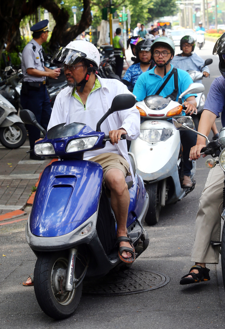 南華大學學者周平(前)、謝青龍,兩人以「為台灣高教與醫療」為訴求,展開為期十一天的機車環島之旅。記者杜建重/攝影