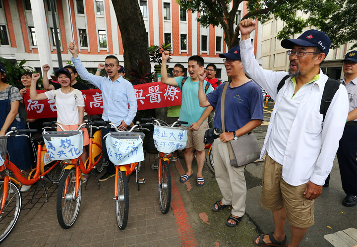 南華大學學者周平(右)、謝青龍(右二),兩人展開為期十一天的機車環島之旅。記者杜建重/攝影