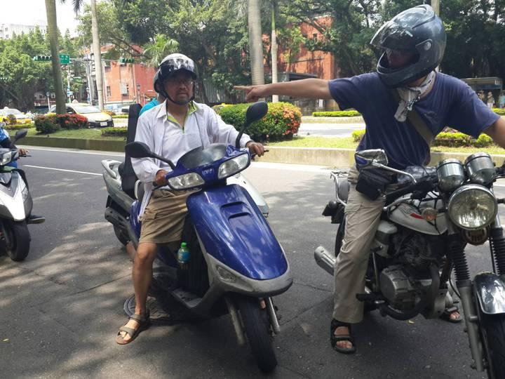 周平(左)和謝青龍(右)展開為期11天機車環島之旅。記者/鄭語謙攝影