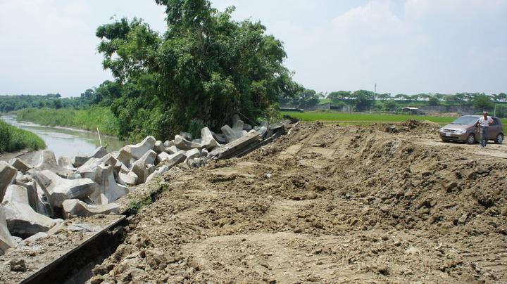 斗南鎮石牛溪堤坊嚴重坍方後,可以明顯看見高低落差,相關單位僅用消波塊來防止土石坍方。記者李京昇/攝影