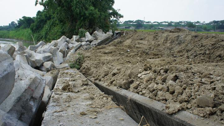 斗南鎮石牛溪堤坊嚴重坍陷,附近農田土壤也大量流失,讓農民苦不堪言。記者李京昇/攝影