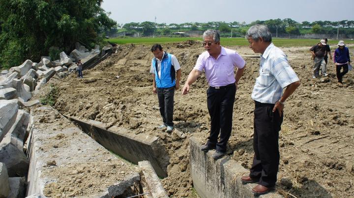 縣議員蔡東富(左2)、立委張麗善服務處主任陳志揚(左1)等人今天到場會勘。記者李京昇/攝影