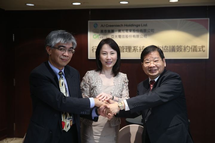 Zhang Minglie (right), Chairman of AJ Greentech Holdings Ltd. and Mr. Wu Xixun, Asia Pacific Telecommunication Associate, signed a cooperation agreement on traffic safety management system in the afternoon.  Journalist Qiu Dexiang / photography