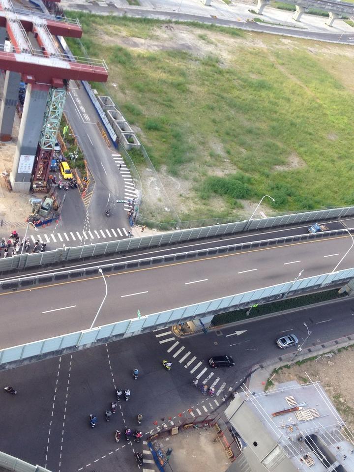 捷運環狀線明天及7月30日,將在新莊新北大道、思源路、五工路口吊裝鋼梁,施工期間新北大道、思源路、五工路,以及台1線高架橋部分路段全日封閉。圖/新北市捷運工程局提供
