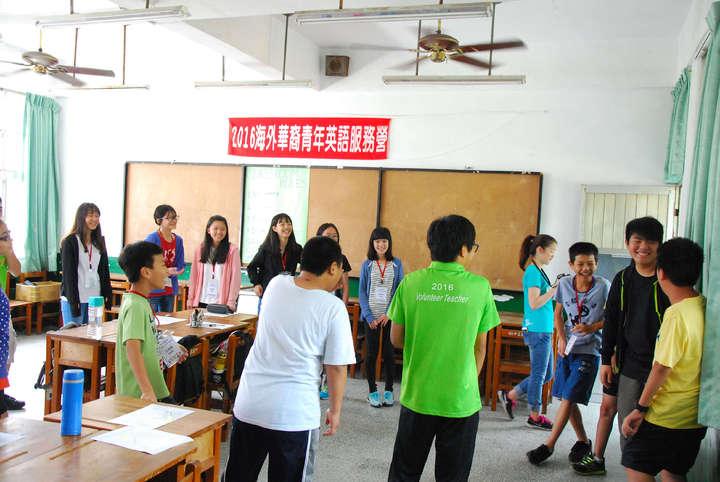 位於漁村的高雄市立中芸國中,已連續4年參加海外華裔青年英語服務營,今年有6位來自美、加的華裔青年到校教學生英語。圖/教育部提供