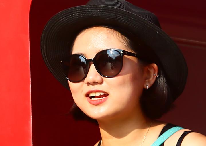 大暑炙熱豔陽高照,路上行人的墨鏡映出毒辣的陽光。記者許正宏/攝影