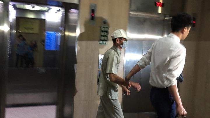 柯姓男子由律師陪同快步離去。記者許家瑜/攝影