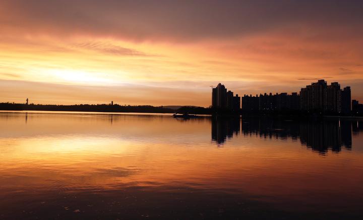 今天的夕陽特別美麗,天空呈現透紅般的美景,霞光萬丈、絢麗多姿。記者劉學聖/攝影