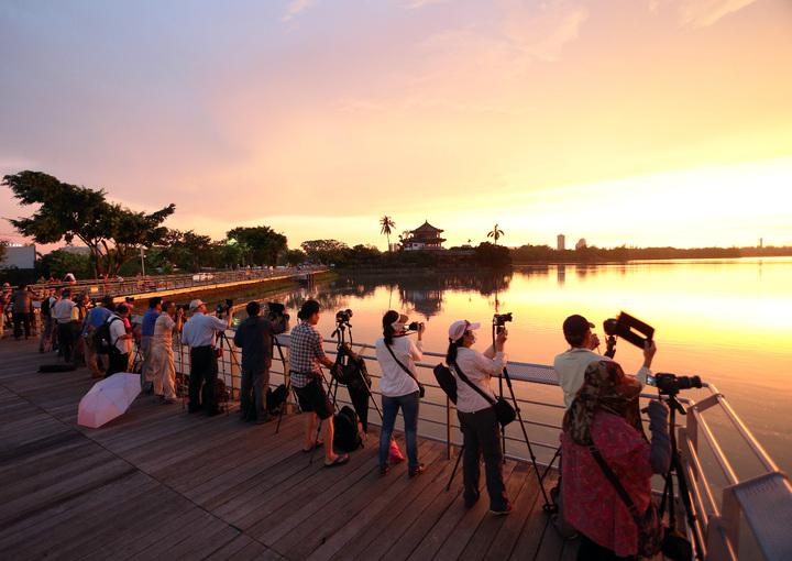 今天的夕陽特別美麗,天空呈現透紅般的美景,霞光萬丈、絢麗多姿,在澄清湖畔吸引許多攝影愛好者,帶著腳架與相機捕捉這美景,希望留住這感動的一刻。記者劉學聖/攝影