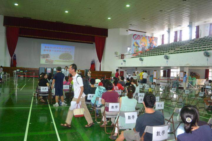 今年國中老師超額嚴重,台南市教育局四月間曾首次舉辦大規模超額老師介聘,目前老師也都關心今年有多少人要退休?希望多一點人退休,才可減輕超額問題。記者鄭惠仁/攝影