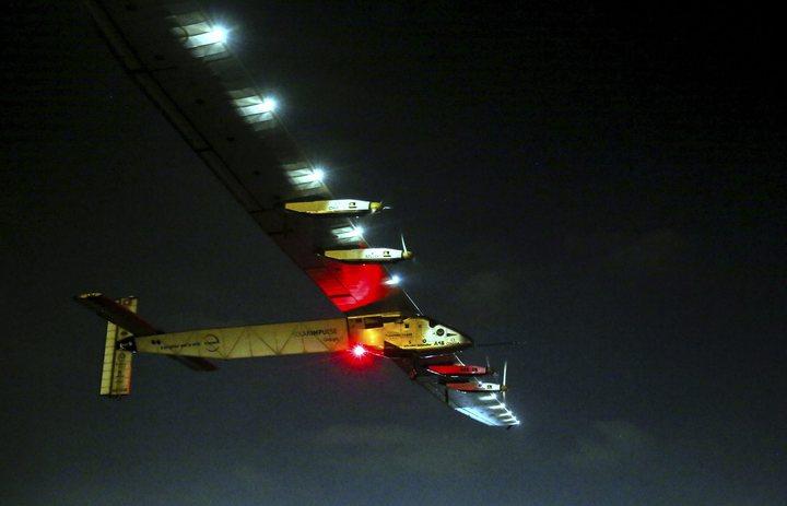 「太陽動力2號」24日在開羅的夜色中起飛,準備展開無燃料環球飛行的最後一段航程。(歐新社)