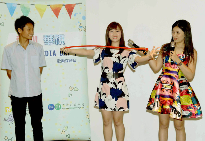 華視主播蔡尚樺(中)表演魔術,宋燕旻(右)一旁嘖嘖稱奇。圖/華視提供