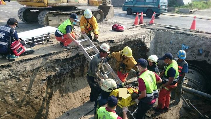 警消人員連忙將陳姓工人從土石中救出。圖/消防局提供
