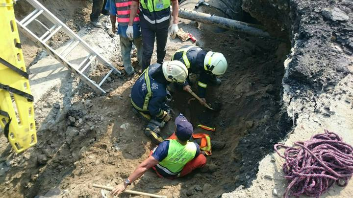 雲林縣斗南鎮今天下午傳出工安意外,陳姓工人跌落坑洞遭到土石掩埋,救出時已經無意識,目前已送醫搶救。圖/消防局提供