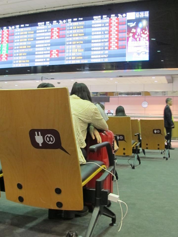 第二航廈入境大廳座椅兩側均有充電設備,總計48組。圖/桃機公司提供