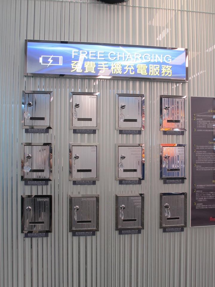 第二航廈D區旅客服務櫃檯旁設有12組包括各廠牌接頭的充電器,只要向服務台借代幣,就可以把手機鎖著充電