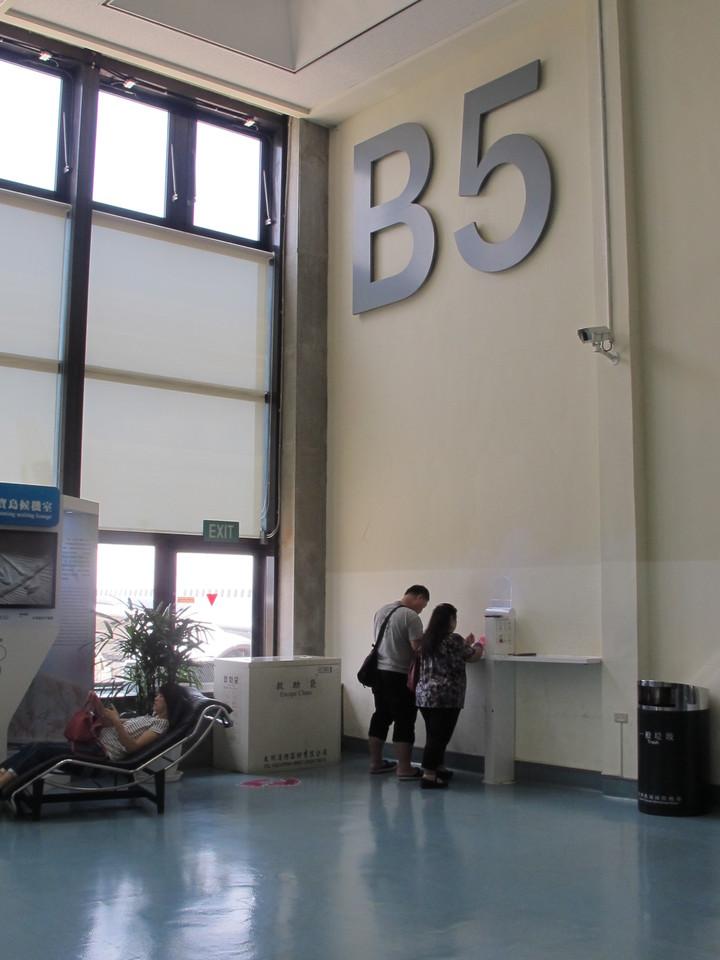 第一航廈每間候機室設置8~12組不等的插座USB二合一充電檯。圖/桃機公司提供