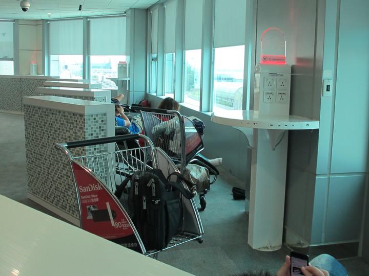 第二航廈管制區中央好睡區有32組插座USB二合一充電檯,邊放鬆休息手機也能一起充飽電力。圖/桃機公司提供