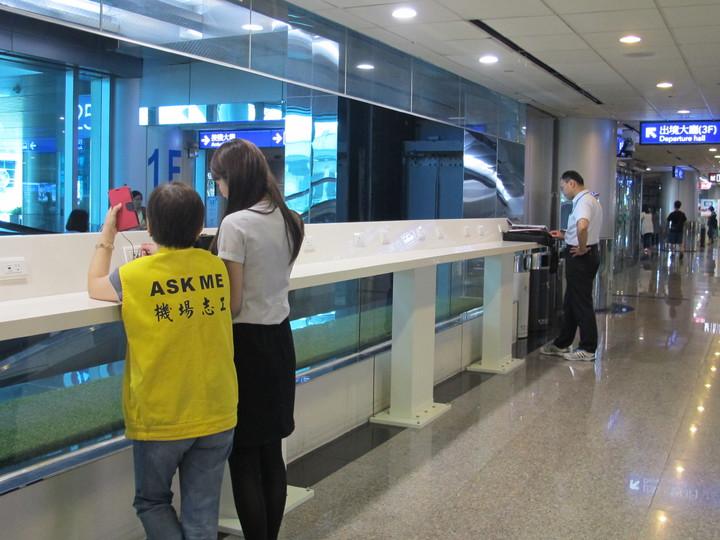 第二航廈接機大廳景觀電梯兩側有40組插座與USB二合一的充電檯。圖/桃機公司提供