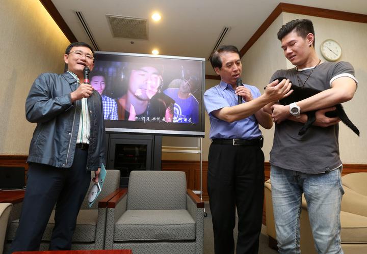 國民黨立委陳學聖(右二)與民進黨立委黃國書(左)上午邀請馬來西亞歌手張祖誠(右一)共推「給牠一個家」公益歌曲,兩位立委還現場一起高歌,並表示政治立場雖然不同,但為毛小孩一定要「藍綠合作」。記者胡經周/攝影