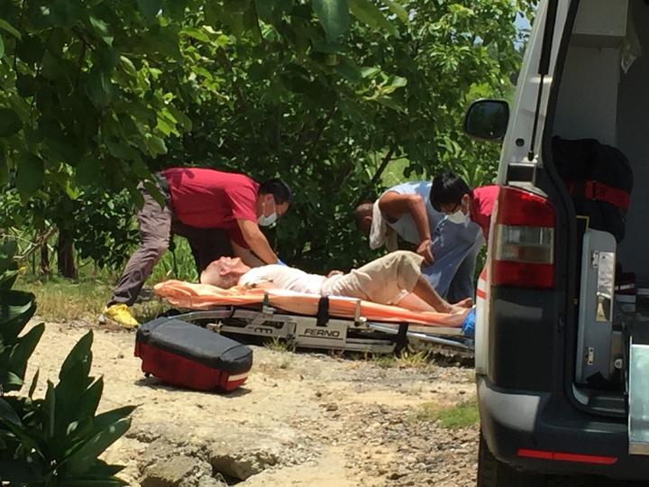 後壁一名老翁在農田旁昏倒,疑似中暑被送醫急救。記者邵心杰/攝影