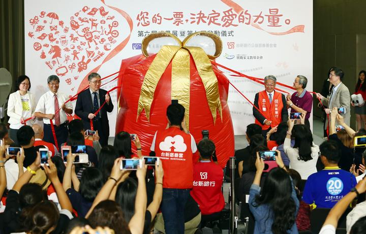 台新公益慈善基金會董事長吳東亮與五位策略夥伴,一同拉開大型愛的禮物後啟動「您的一票,決定愛的力量」第七屆活動儀式。記者杜建重/攝影