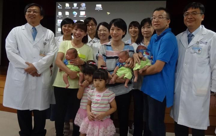 陳淑芬、王富民(前右三、右二)夫婦接受試管嬰兒療程,連續兩次都懷三胞胎,但第一次她跟寶寶溝通「要一個先下車,之後再接回來」,後生下雙胞胎女寶;4年後為遵守承諾再做試管嬰兒,結果又懷了三胞胎男嬰,最後通通生下,一家七口好不熱鬧。記者蔡容喬/攝影