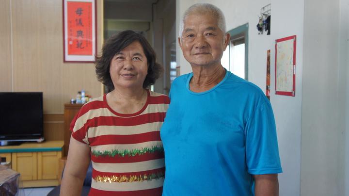 斗南鎮民劉新富(右)與妻子沈玉秀,98年在斗南鎮日托老人照顧中心擔任廚工,並時常自掏腰包加菜。記者李京昇/攝影