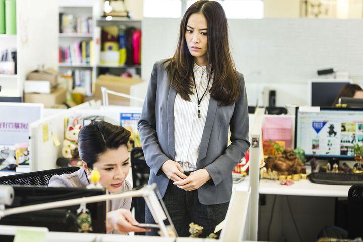 購物專家禹安力讚白歆惠(右)是準購物台的學妹。華聯國際提供