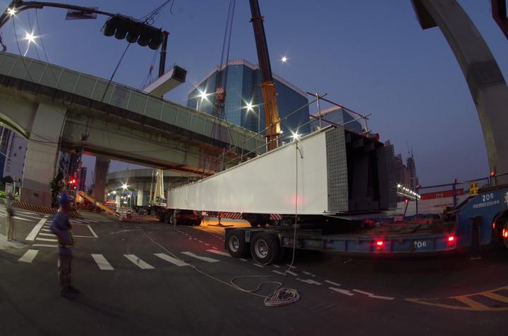 新北市捷運環狀線7月30日將繼續施作新莊思源、五工、新北大道三岔路口首波吊裝鋼梁工程,期間新北大道、思源路、五工路,以及台1線高架橋部分路段封閉全日封閉,吊裝完成將提早開放通行。圖/新北市捷運工程局提供