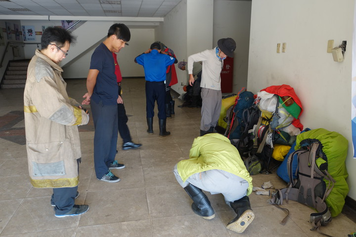 高雄登山隊有人因眼傷叫空中救援,其他人則搭便機下山,但「爬黑山搭便機」行徑惹議。記者賴香珊/攝影
