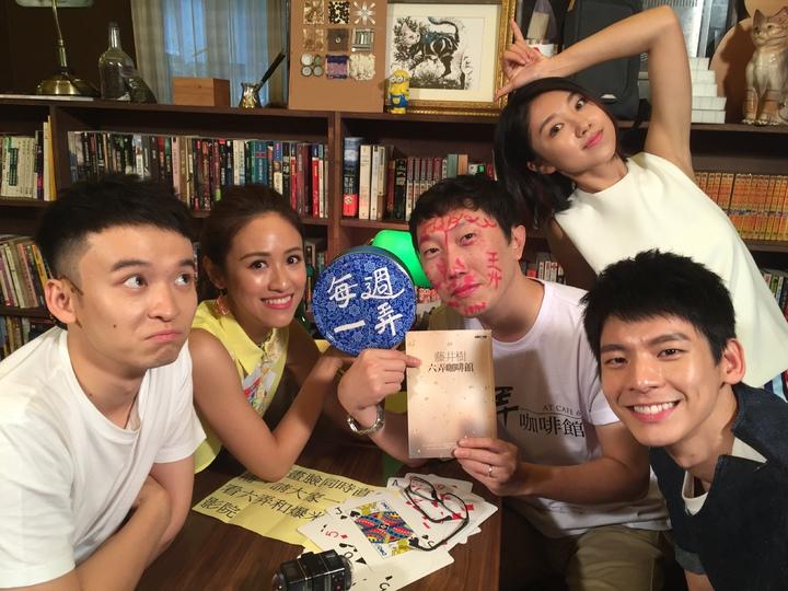 吳姍儒(左二)專訪電影「六弄咖啡館」的主要角色,導演吳子雲現場被口紅畫得滿臉都是。圖/三立提供