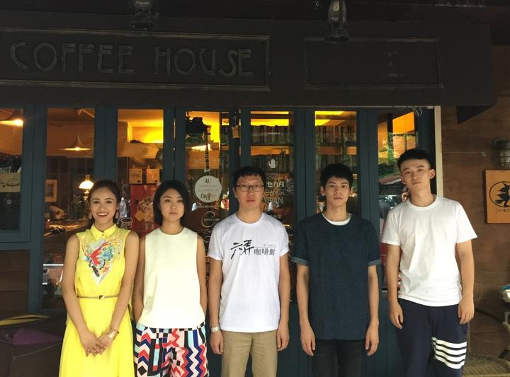 吳姍儒(左一)專訪電影「六弄咖啡館」的主要角色。圖/三立提供