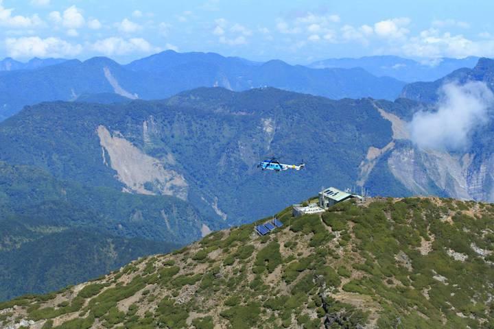 飛在玉山氣象站上空的EC225。(空軍提供)