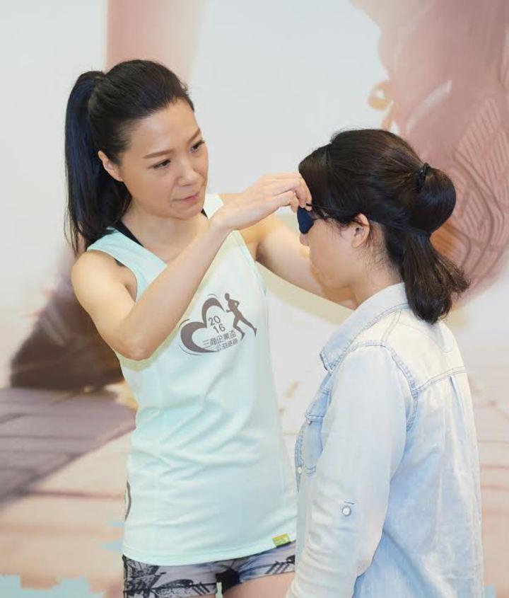 曲家瑞幫粉絲戴上眼罩體驗「盲跑」。圖/野火娛樂提供