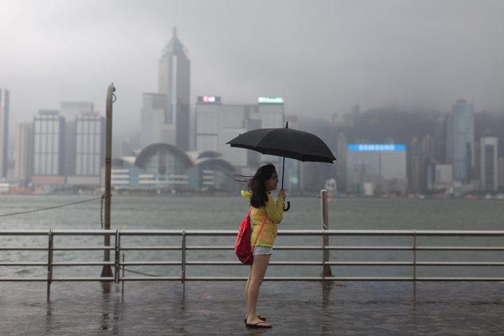 香港午後仍受颱風影響,股市全天停止交易。(歐新社)