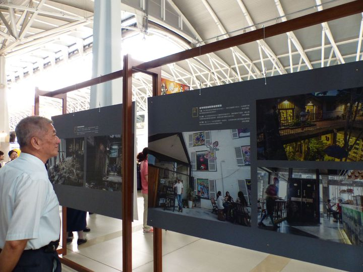 「空間記憶」系列影像展,今起在台鐵新烏日站展出。記者趙容萱/攝影