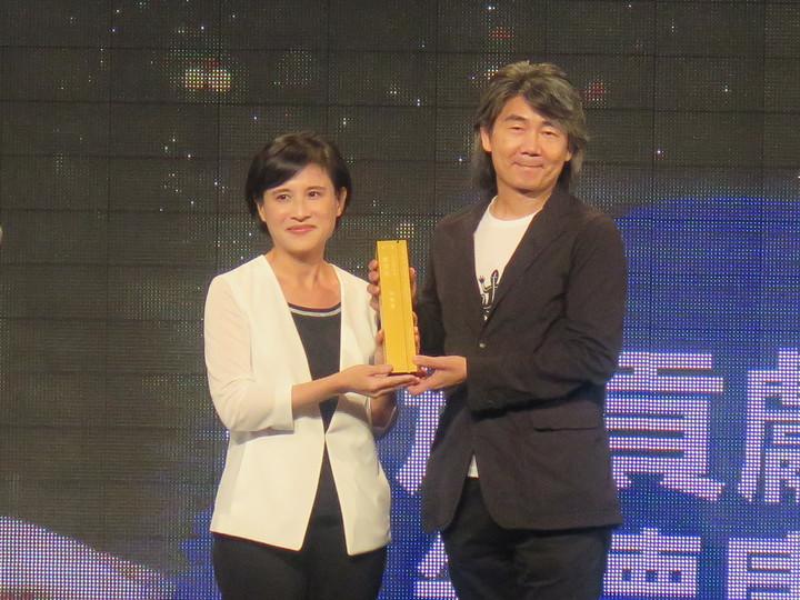 文化部舉辦的第7屆金漫獎今天頒獎,「特別貢獻獎」由漫畫家朱德庸獲得,左為文化部長鄭麗君。記者馮靖惠/攝影
