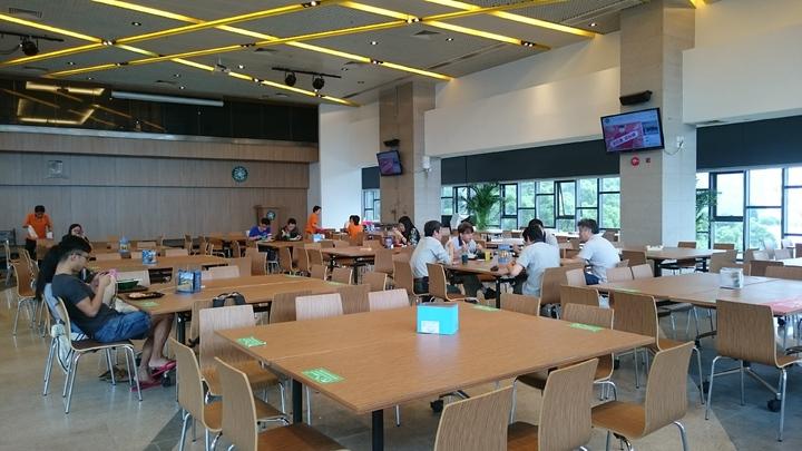 香港中大採書院式的住宿環境,每個書院都有餐廳,會定期舉辦師生的高桌餐會活動。記者王彩鸝/攝影